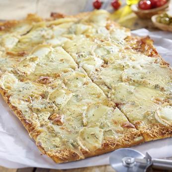 Pizza 4 fromages coupée en 16