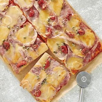 Pizza jambon mozzarella  coupée en 8