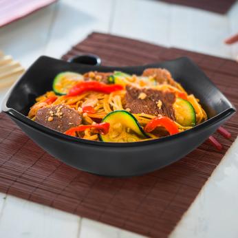 Wok bœuf avec légumes sautés, sauce saté