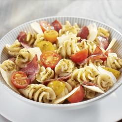 Fusilloni au pesto vert, brésaola et tomates marinées