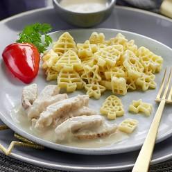 Pâtes aux formes de Noël, émincé de poulet sauce crémée