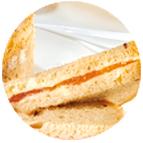 Toasts chèvre, figues et noisettes sur pain noir aux graines tendres