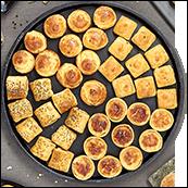 Plateau de 48 petits fours (minis quiches lorraines, cakes jambon olives, saucisses costumées, gougères au fromages)