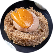 Canapés pain noir aux graines tendres, mousse de canard au foie gras et au porto, chutney oignons et abricot moelleux
